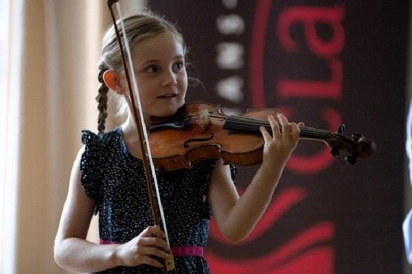 Thần đồng âm nhạc nước Anh từng được đi biểu diễn tại nhiều nơi trên thế giới.