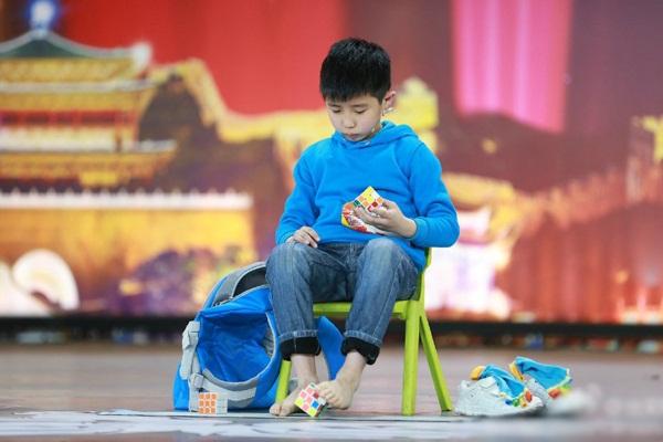 Cậu bé thậm chí còn có thể xoay rubix bằng chân mà không cần nhìn.