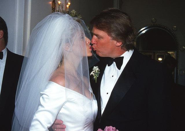 Trump kết hôn với Marla Maples - người ông gặp gỡ trong khi vẫn đang sống chung với Ivana. Trump và Maples có với nhau một người con. Họ ly dị vào năm 1999. (Ảnh: Sonia Moskowitz/Rex/Shutterstock)