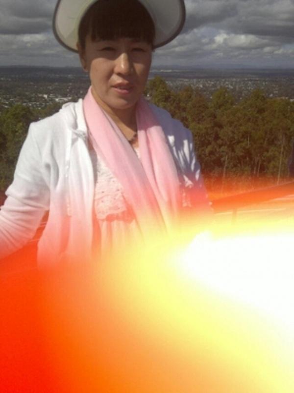 một đệ tử Pháp Luân Đại Pháp ở trên đỉnh núi Kuta, Brisbane, Australia đã nhờ người khác chụp ảnh giúp, tấm ảnh chụp được trong lúc vô ý bất ngờ xuất hiện một vòng tròn năng lượng cực mạnh. Trung tâm là màu trắng, đi ra bên ngoài lần lượt là vàng nhạt, màu vàng, màu cam, màu đỏ, giống như núi lửa phun trào vậy, vô cùng tráng lệ. (Ảnh: Internet)