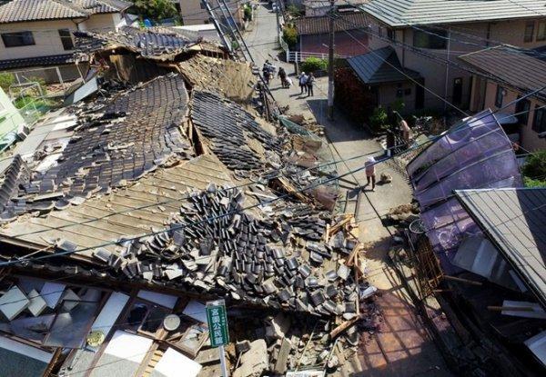 Những ngôi nhà bị hư hại ở Mashiki, bán đảo Kumamoto sau trận động đất 6,4 độ richter hôm 14/4.