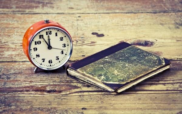 Để đồng hồ báo thức ở đầu giường có thể ảnh hưởng tới súc khỏe. (Ảnh: Internet)