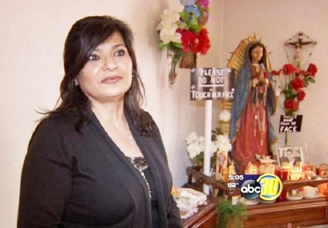 Maria Cardenas, chủ nhân của ngôi nhà, cho rằng bức tượng bắt đầu khóc từ khi cô em họ bị sát hại.
