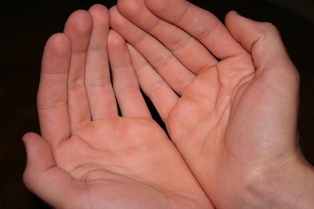 Người có lòng bàn tay mỏng và dẹt dễ gặp khó khăn về tài chính, nghèo khó. (Ảnh: Internet)
