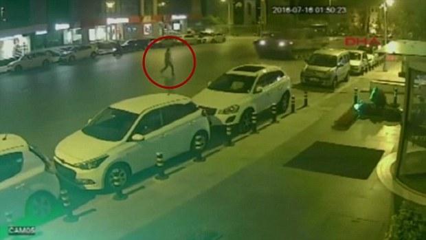 Người đàn ông bị xe tăng lao qua 2 lần trong vụ đảo chính ở Thổ Nhĩ Kỳ.