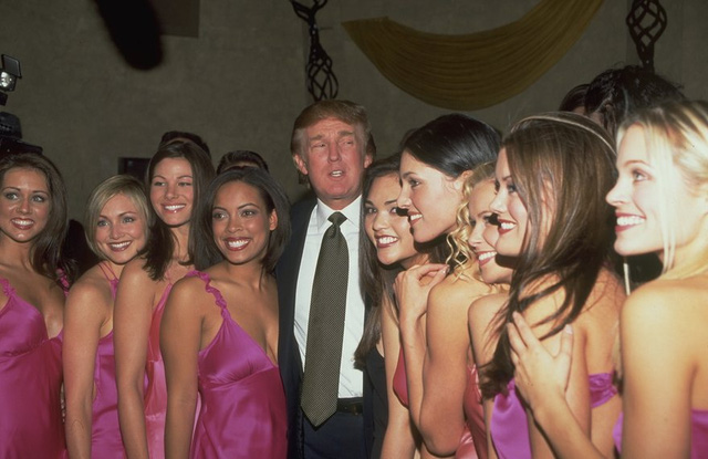 Năm 2000: Trump tại cuộc thi hoa hậu Mỹ lần thứ 49. (Ảnh: Steve Azzara/Corbis via Getty Images)