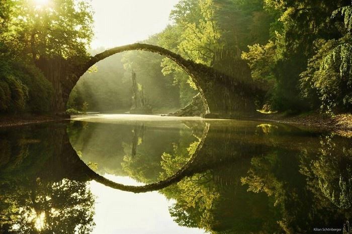 Cầu Rakotz trở thành một kiệt tác nghệ thuật - Ảnh: Killan Schonberger