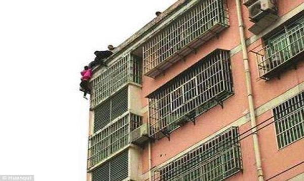 Do cãi nhau với chồng nên người phụ nữ định tự tử từ tầng cao nhất của tòa chung cư.