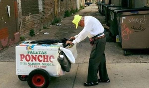 Bức ảnh ông Fidencio Sanchez còng lưng đẩy xe kem khiến người Mỹ xúc động. Ảnh : GoFundMe.