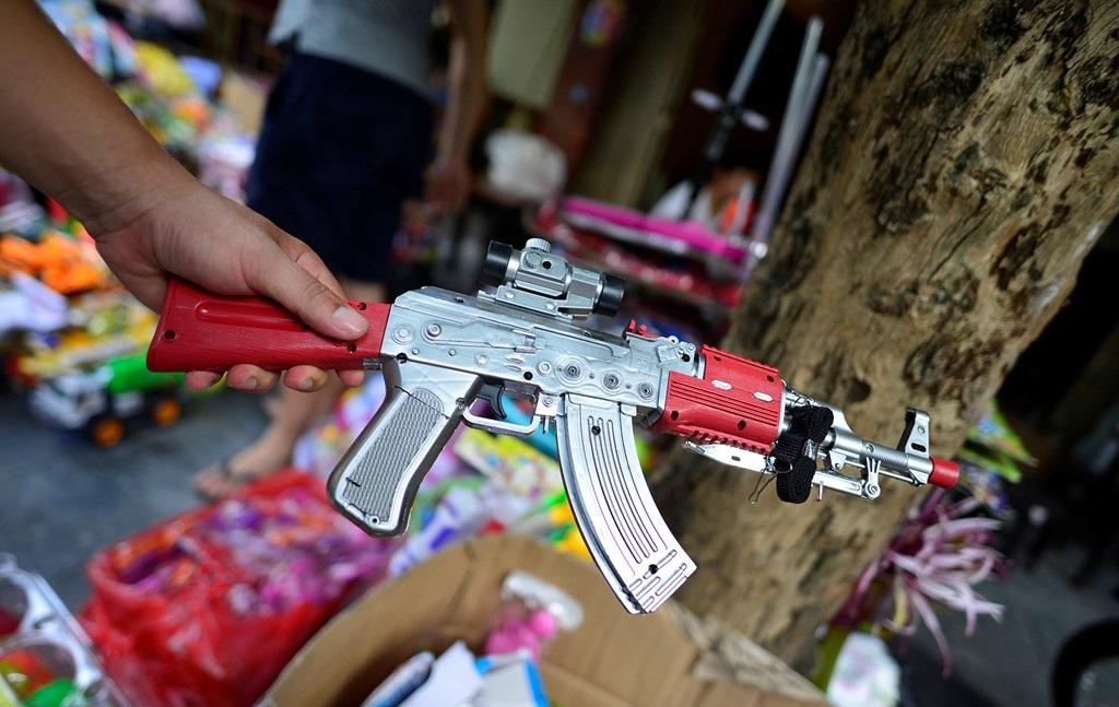 Một loại súng có giá bán 200.000 đồng, bắn bằng đạn nhựa được thiết kế bắt mắt.(Ảnh: Internet)