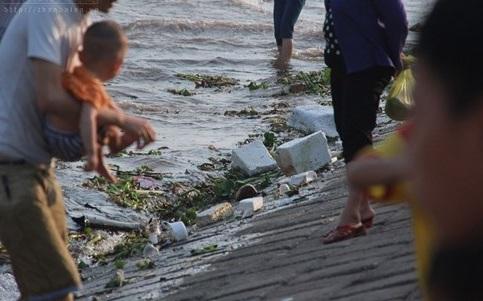 Biển đang hứng chịu hậu quả nặng nề từ việc xả rác của con người. (Ảnh: Thanhnien)