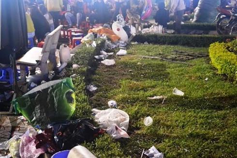 Rác vứt bừa bãi khắp nơi. (Ảnh: Zing)