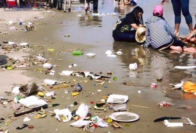 Du khách xả đủ thứ rác trên bãi biển Quất Lâm. (Ảnh: Phapluatplus)