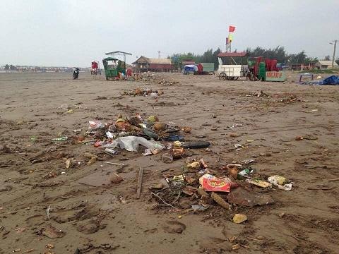 Dưới mặt biển cũng như trên cạn đều ngổn ngang rác thải. (Ảnh: Linh Phương Trần/VTC)