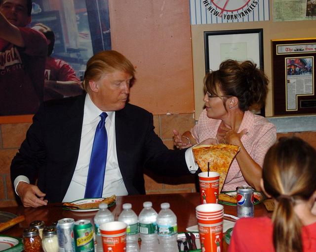 Năm 2011: Trump và Sarah Palin - thống đốc trẻ nhất và là nữ thống đốc đầu tiên của tiểu bang Alaska ăn pizza tại cửa hàng Famous Famiglia, New York. (Ảnh: New York Daily News Archive/Getty Images)