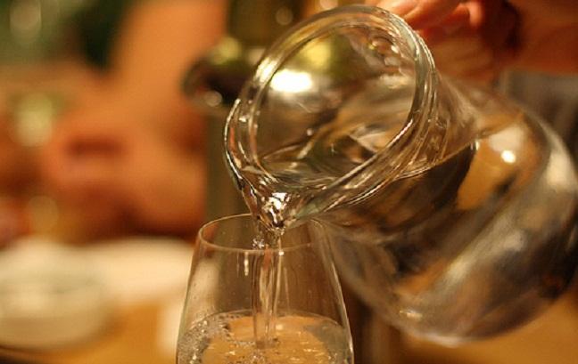 Bạn muốn rót thêm rượu, bạn nên rót cho mọi người rồi mới đến lượt mình.