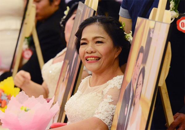 """Bà Hạnh chia sẻ: """"Vừa vui vừa sung sướng, 30 năm trước hai vợ chồng chỉ ra mắt hai họ mà không thể tổ chức được đám cưới đàng hoàng. Không ngờ đến tuổi này tôi vẫn được mặc áo cô dâu""""."""