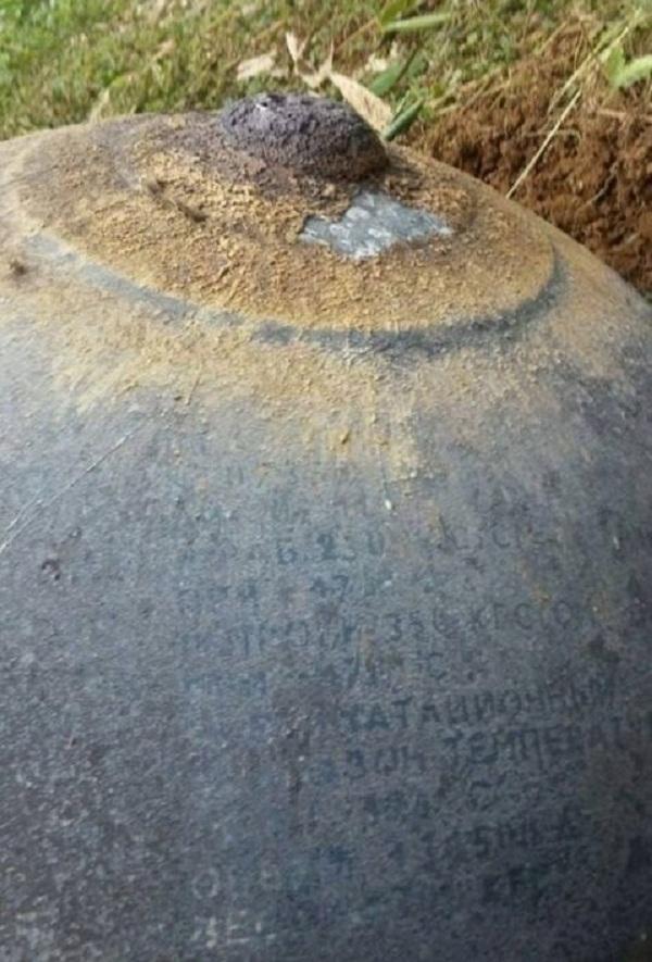 Trên vật thể lạ có chữ nước ngoài.