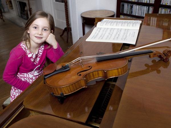 Thần đồng âm nhạc Anh Alma Deutscher.