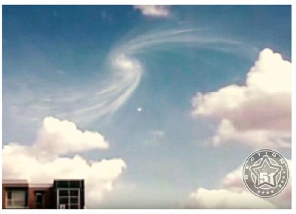 UFO và xoáy ốc kỳ lạ trên bầu trời gây nhiều tranh cãi.