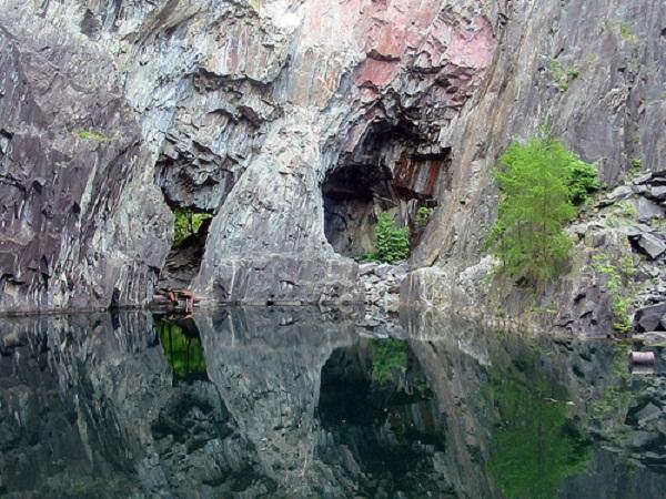 Hồ nước được mệnh danh là vùng đất chết.