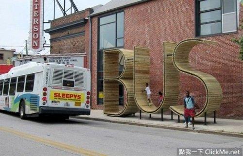 Trẻ em thích thú khi chời đùa trên những con chữ trong khi chờ xe.