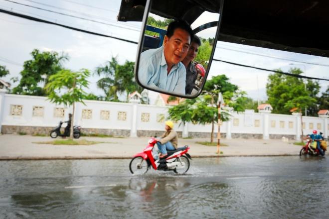 Đường Sài Gòn ngập: Xe ba gác bỗng dưng đắt khách -H3
