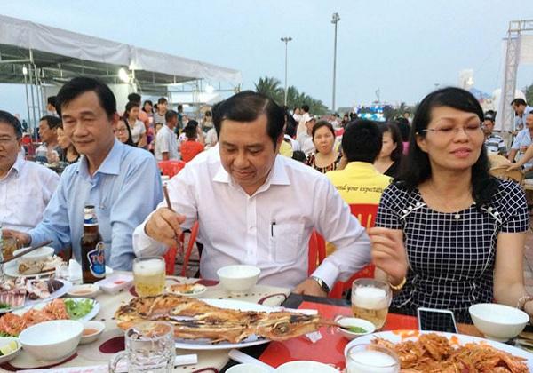 Ông Huỳnh Đức thơ-Chủ tịch UBND thành phố Đà Nẵng cũng lãnh đạo các sở, ban ngành sử dụng các món ăn do các đầu bếp của các nhà hàng phục vụ. (Ảnh: Dân Việt)