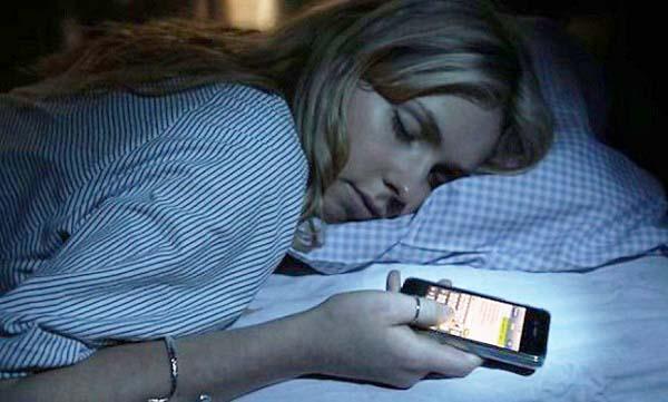 Sóng điện từ phát ra từ điện thoại có thể gây ra sự mệt mỏi. (Ảnh: Internet)