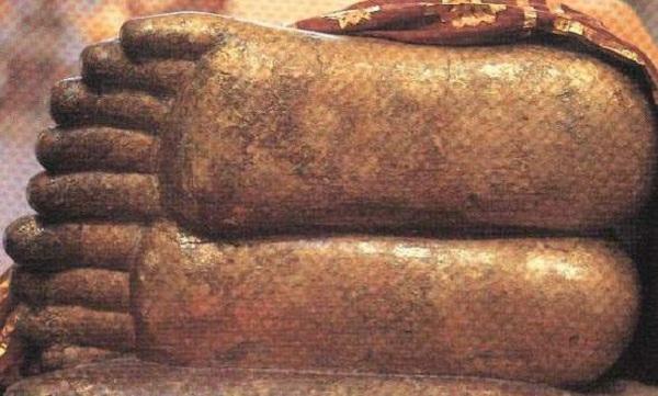 Bàn chân của tượng đức Phật Nhập Niết-bàn tại Kusinagara.