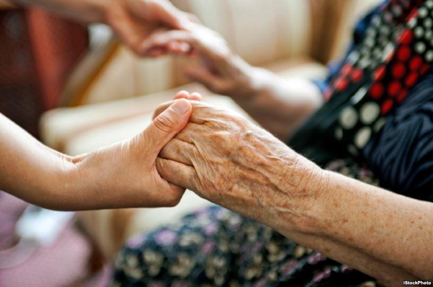 Người được dạy dỗ tử tế sẽ cư xử hòa nhã với người già và trẻ em. (Ảnh: Internet)