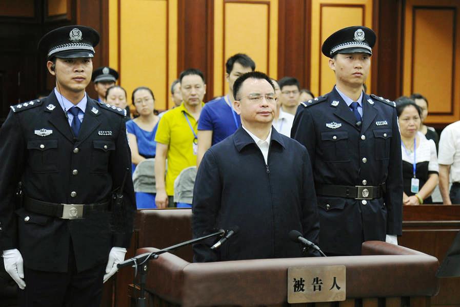 Vạn Khánh Lương nghe tòa tuyên án. (Ảnh: Internet)