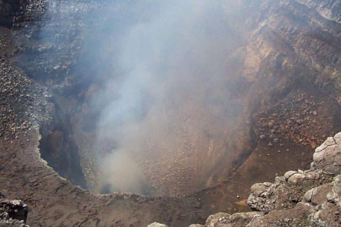 Lặp đặt cảm biến quanh miệng núi lửa nóng 540 độ C để dự báo phun trào.1
