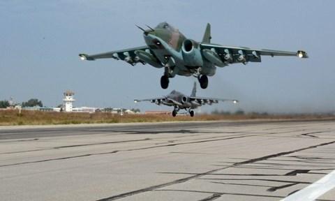Máy bay tiêm kích Sukhoi Su-25 xuất kích từ căn cứ không quân Hemeimeem ở Latakia, Syria. Ảnh AP