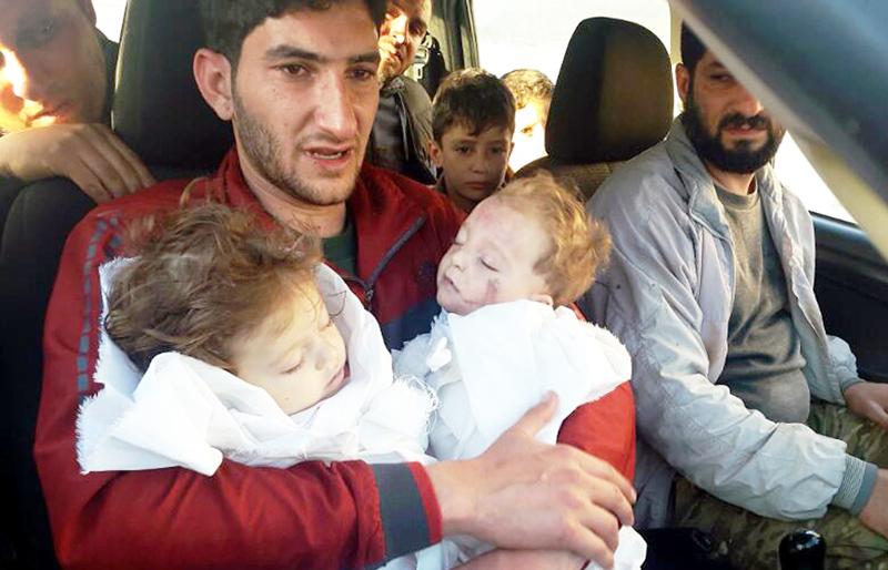 Abdul-Hamid Alyousef, 29 tuổi, bế hai con song sinh đã thiệt mạng trong vụ tấn công. Anh cũng mất vợ, hai anh em trai, các cháu và nhiều người thân khác. (Ảnh: AP)