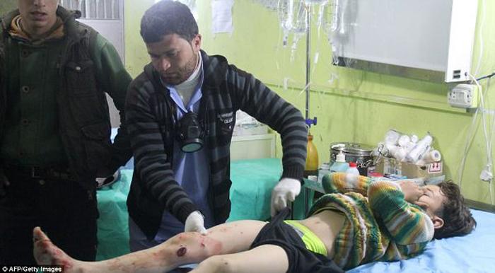 Một đứa trẻ bị gãy dập đôi chân khi cố gắng chạy tới nơi trú ẩn an toàn. (Ảnh: Getty)