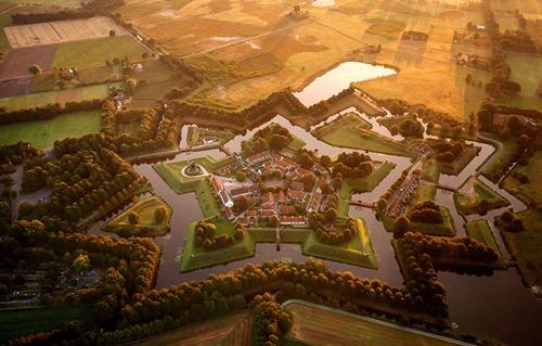 Pháo đài Bourtange ở Hà Lan là một trong những pháo đài lớn được thiết kế có hình ngôi sao, tọa lạc ở ngôi làng Bourtange, thành phố Groningen. Đây cũng là điểm du lịch rất hút khách của xứ sở cối xay gió.