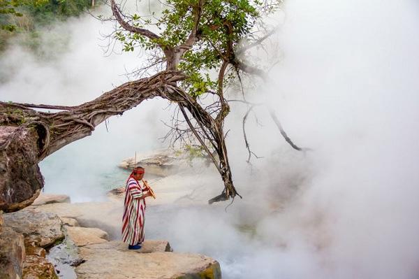 Cảnh quan kỳ vỹ với khói bốc lên nghi ngút ở dòng sông nước sôi.