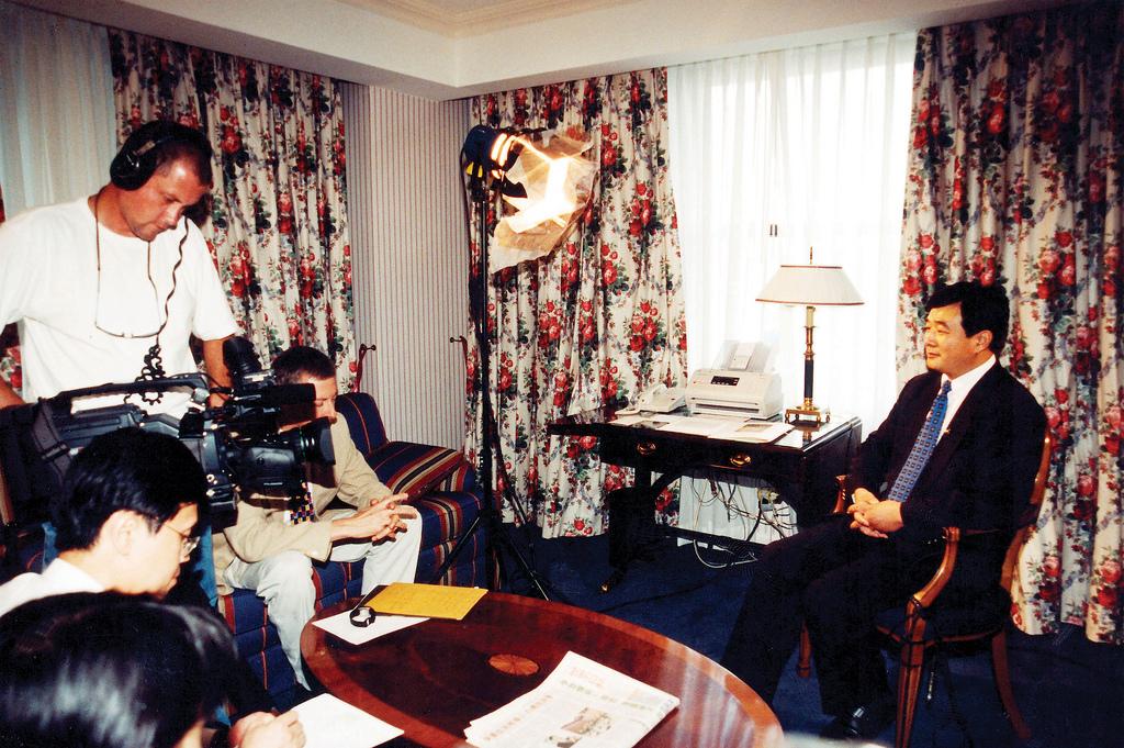Buổi phỏng vấn độc quyền của đài truyền hình Tân Đường Nhân với ông Lý Hồng Chí.1