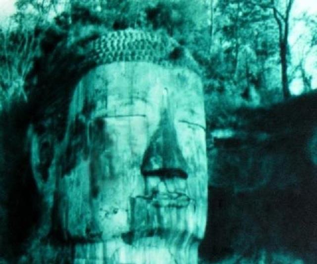 Bức ảnh Lạc Sơn Đại Phật nhắm mắt nhỏ lệ được chụp vào năm 1963. (Ảnh: Internet)