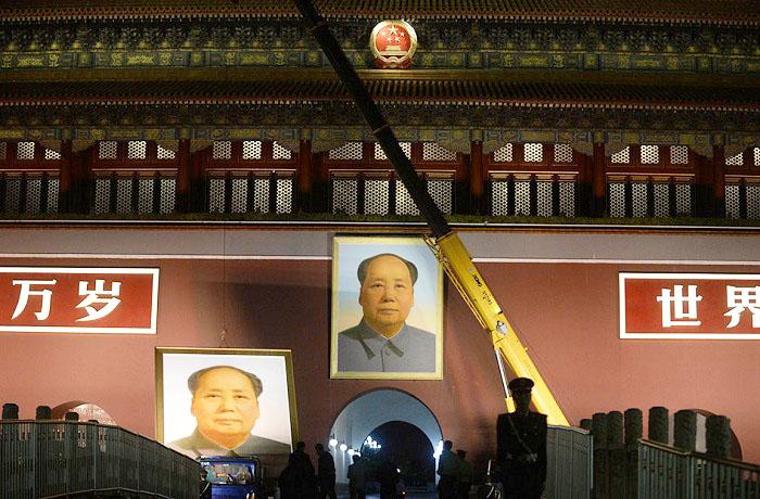 Bức chân dung của Mao Trạch Đông tị quảng trường Thiên An Môn bị gỡ xuống đêm ngày 27/9. (Ảnh: Internet)