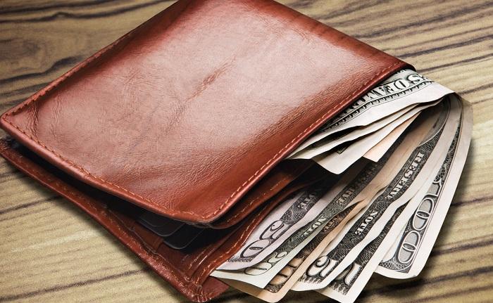 Dùng ví màu đỏ, chủ nhân sẽ nhanh chóng đem tiền tiêu hết, không những không tụ tài mà còn tán tài. (Ảnh: Internet)