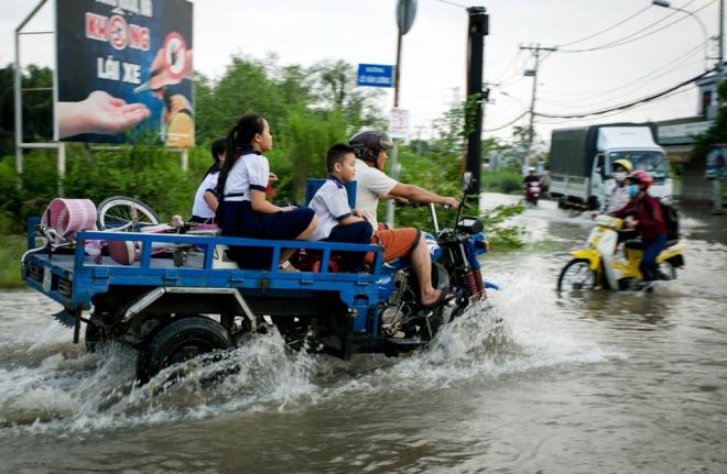 Đường Sài Gòn ngập: Xe ba gác bỗng dưng đắt khách -H4