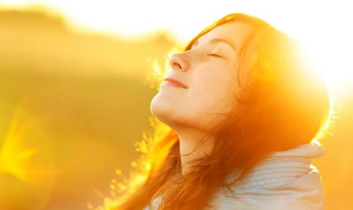 Hãy tự động viên mình với những câu khẳng định tích cực sẽ giúp bạn tự tin hơn.