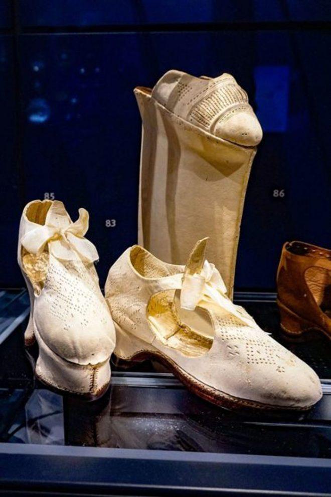 Nếuđế giày được làm rất cao, có nghĩa là người mang giày cũng có địa vị cao trong xã hội.