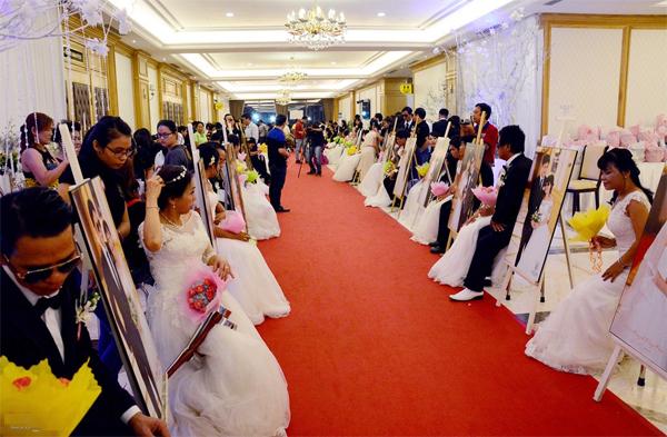"""Lễ cưới tập thể vì cộng đồng 2015 mang tên """"Thắp sáng yêu thương - vẹn tròn hạnh phúc"""" diễn ra vui vẻ, giản dị tại một Trung tâm hội nghị. Chương trình do Hiệp hội Giáo dục nghề nghiệp TP HCM tổ chức."""