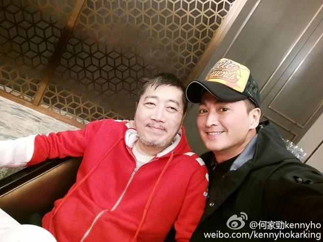 Hình ảnh mới của Hà Gia Kính bên người bạn 23 năm không gặp. (Ảnh: Sina)