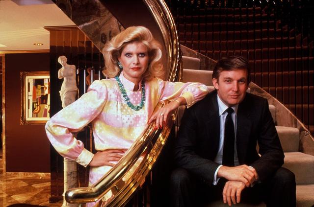 Donald Trump chụp ảnh với vợ - Ivana Trump. Họ cưới nhau năm 1977 và có với nhau 3 đứa con: Donald Jr, Ivanka và Eric. Họ ly hôn năm 1990. (Ảnh: Robert Sacha/Corbis/ Getty Images)