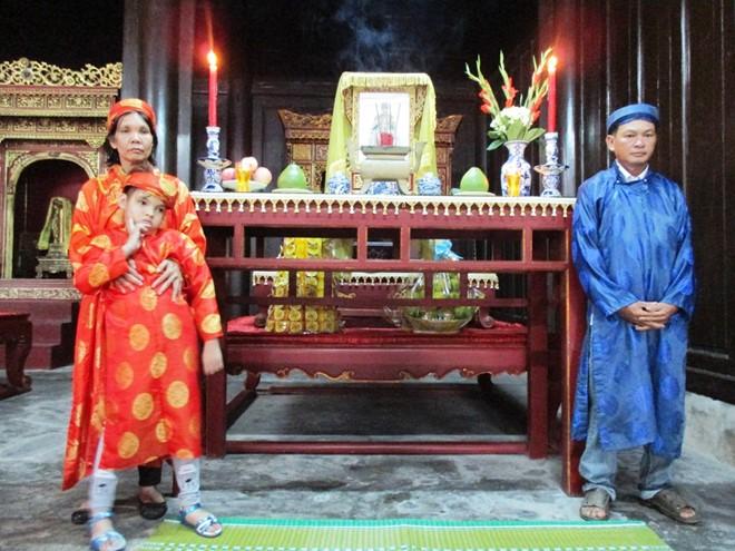 Gia đình nhỏ trước bàn thờ vua Thành Thái.