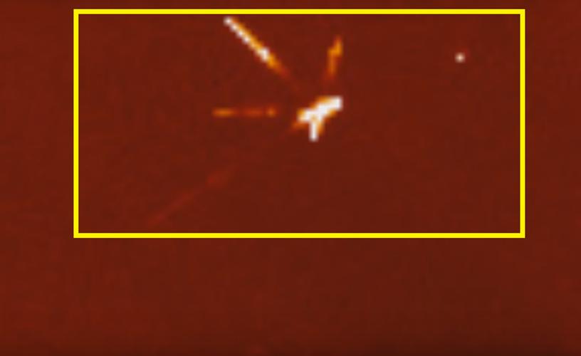 Trong đó, hai trụ dài tựa phía trên, đường xéo bên phải phát ra ánh sáng mãnh liệt rất dễ nhận diện. Trong khi đó, hai trụ dài phía dưới đường xéo bên trái có vẻ mờ nhạt, yếu ớt hơn nhưng nhìn chung vẫn bị thiết bị Streetcap1 nhận diện được. (Nguồn ảnh: ufosightingsdaily.